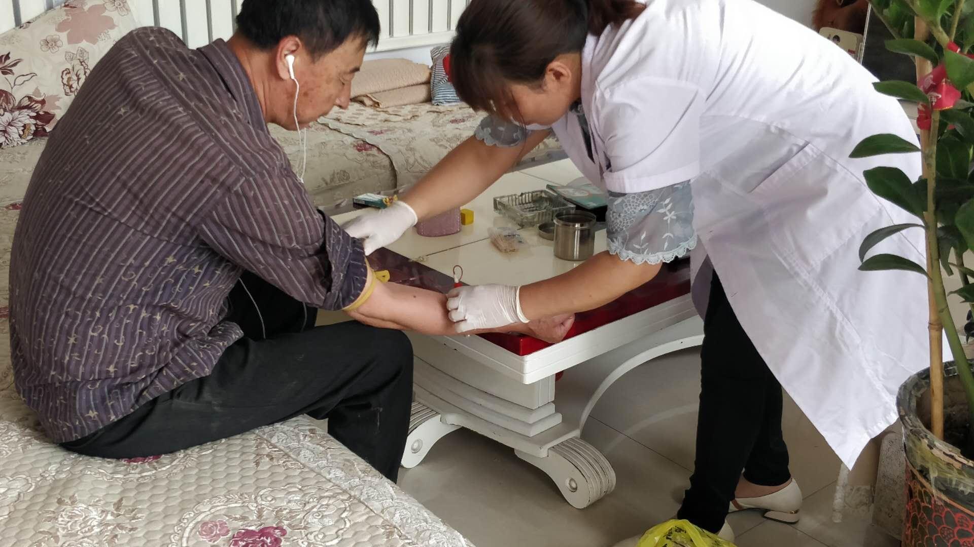 0610磴口县疾控中心开展人感染H7N9禽流感职业人群及外环境监测采样1.png